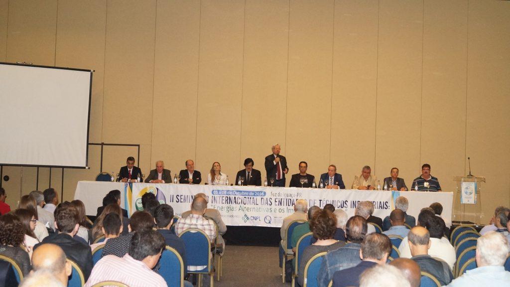 Centenas de participantes prestigiam o II Seminário Internacional das Entidades de Técnicos, em Foz do Iguaçu